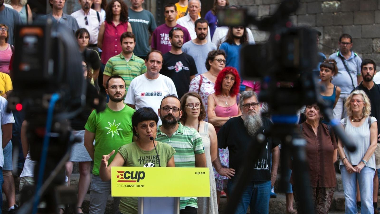 Anna Gabriel i Benet Salellas han comparegut escortats per la resta del grup parlamentari, membres del secretariat i càrrecs electes del territori