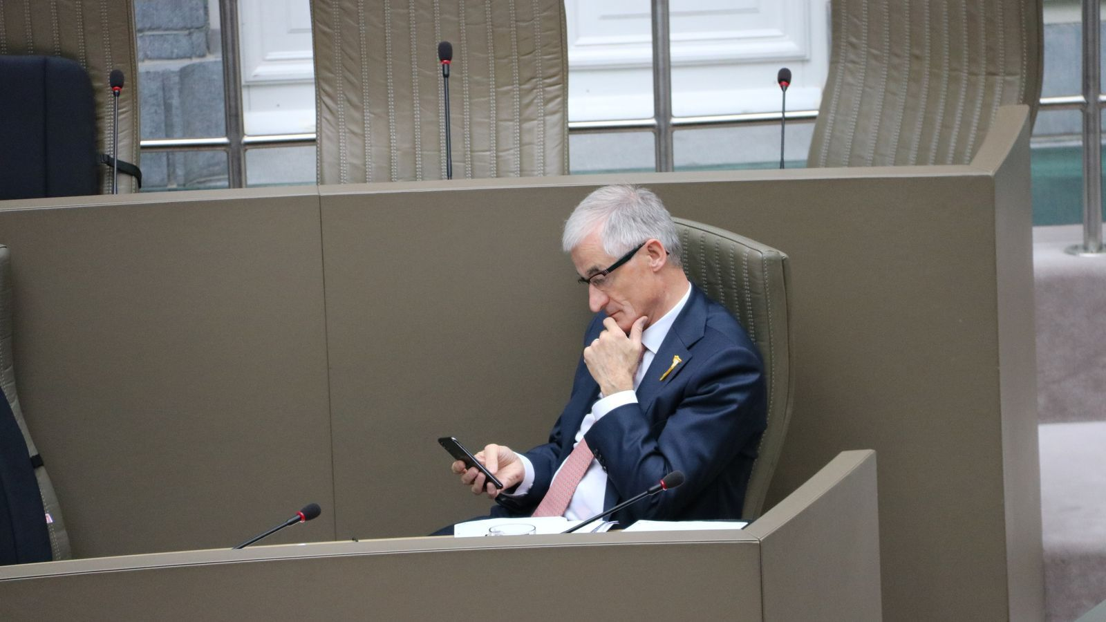 El ministre-president de Flandes, Geert Bourgeois, consulta el mòbil al parlament flamenc el 17 d'octubre del 2018.