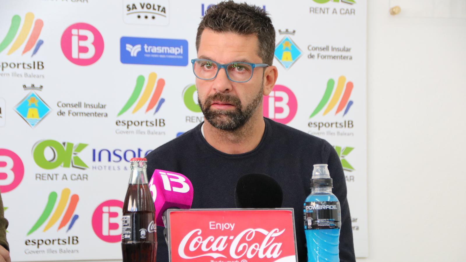 Tito García Sanjuán visiblement emocionat en el moment de presentar la seva dimissió