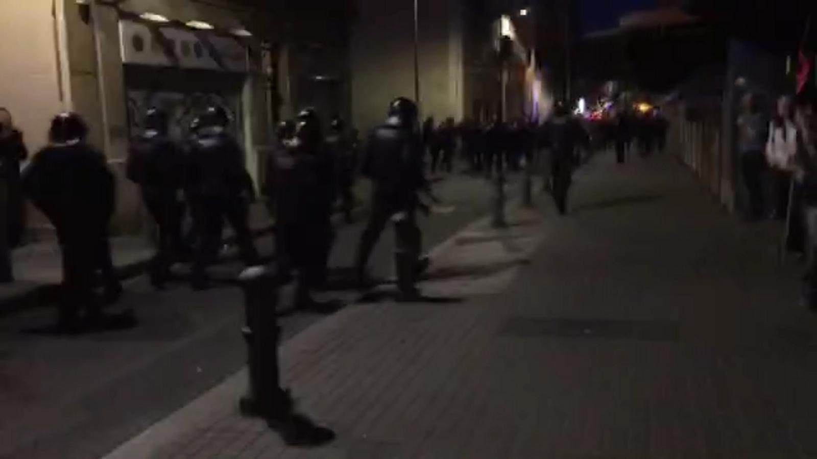 El desplegament policial al barri de Gràcia després que els manifestants hagin tornat a entrar al Banc Expropiat