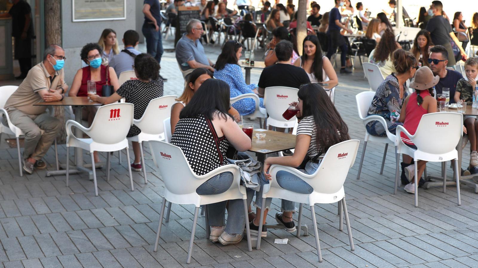 Gent al carrer divendres en una terrassa de la plaça Felipe II de Madrid, la zona que ara preocupa més pel seu alt índex de contagis.