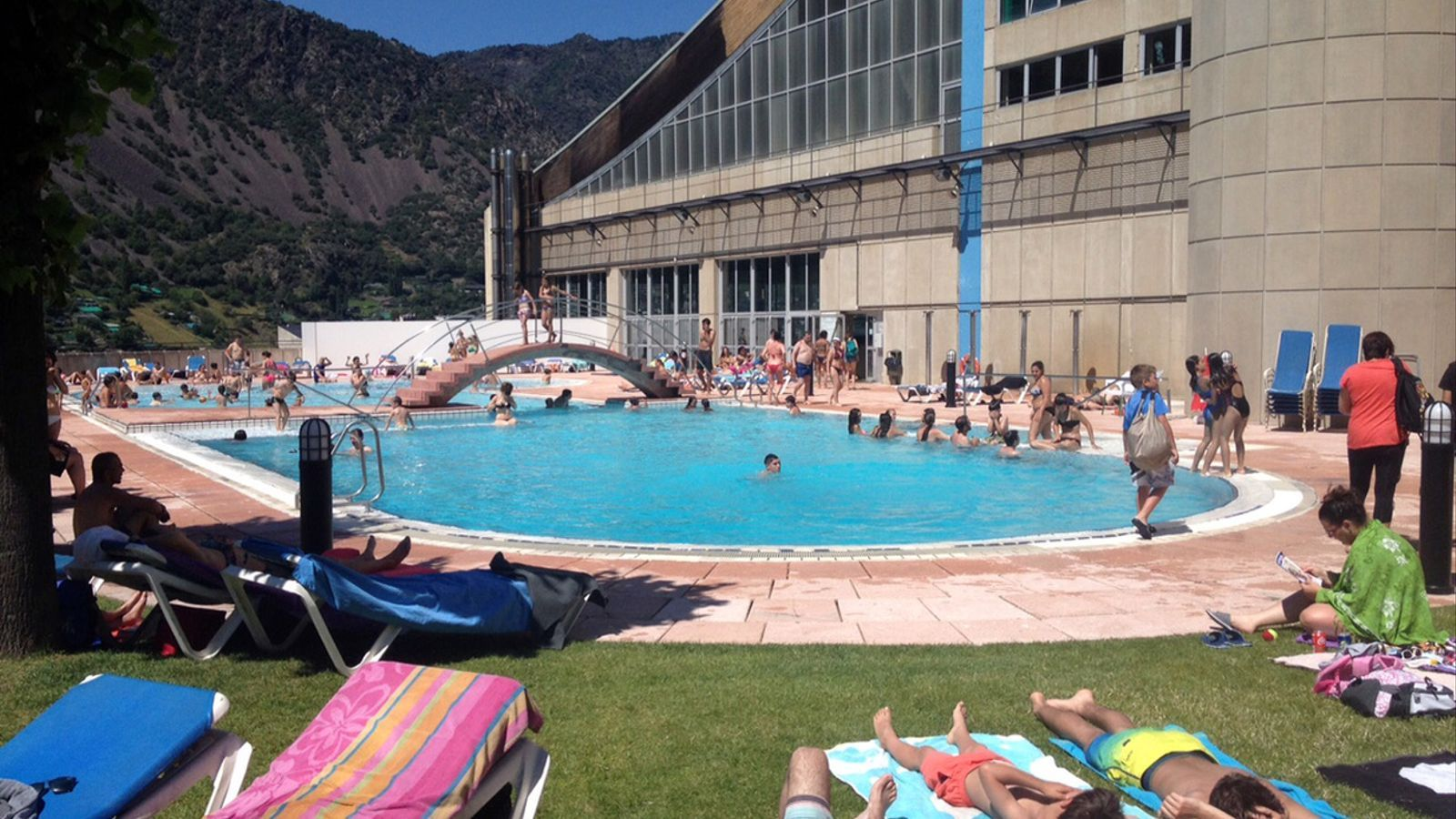 Creix l 39 aflu ncia a les piscines arran de l 39 onada de calor for Piscine andorre caldea