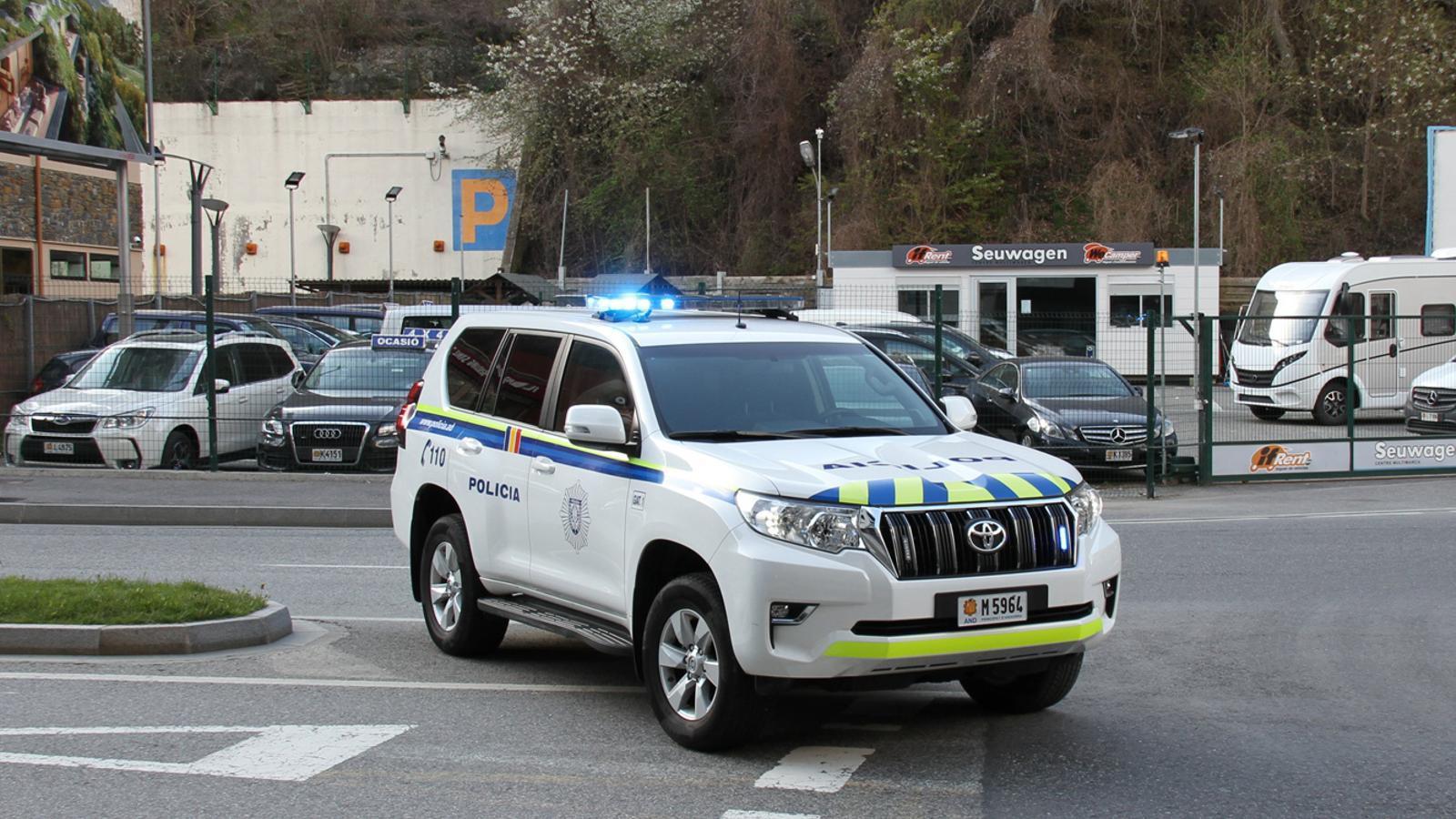 Un cotxe patrulla de la policia durant un control. / TWITTER POLICIA