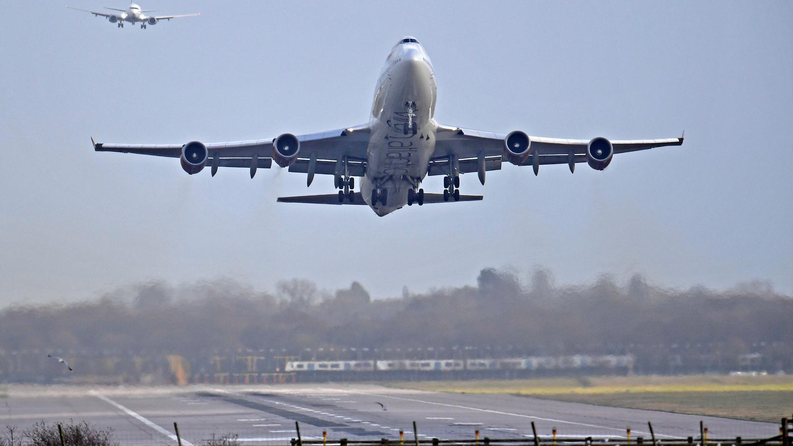 Un avió s'enlaira a Gatwick després que l'aeroport quedés inoperatiu durant 36 hores.