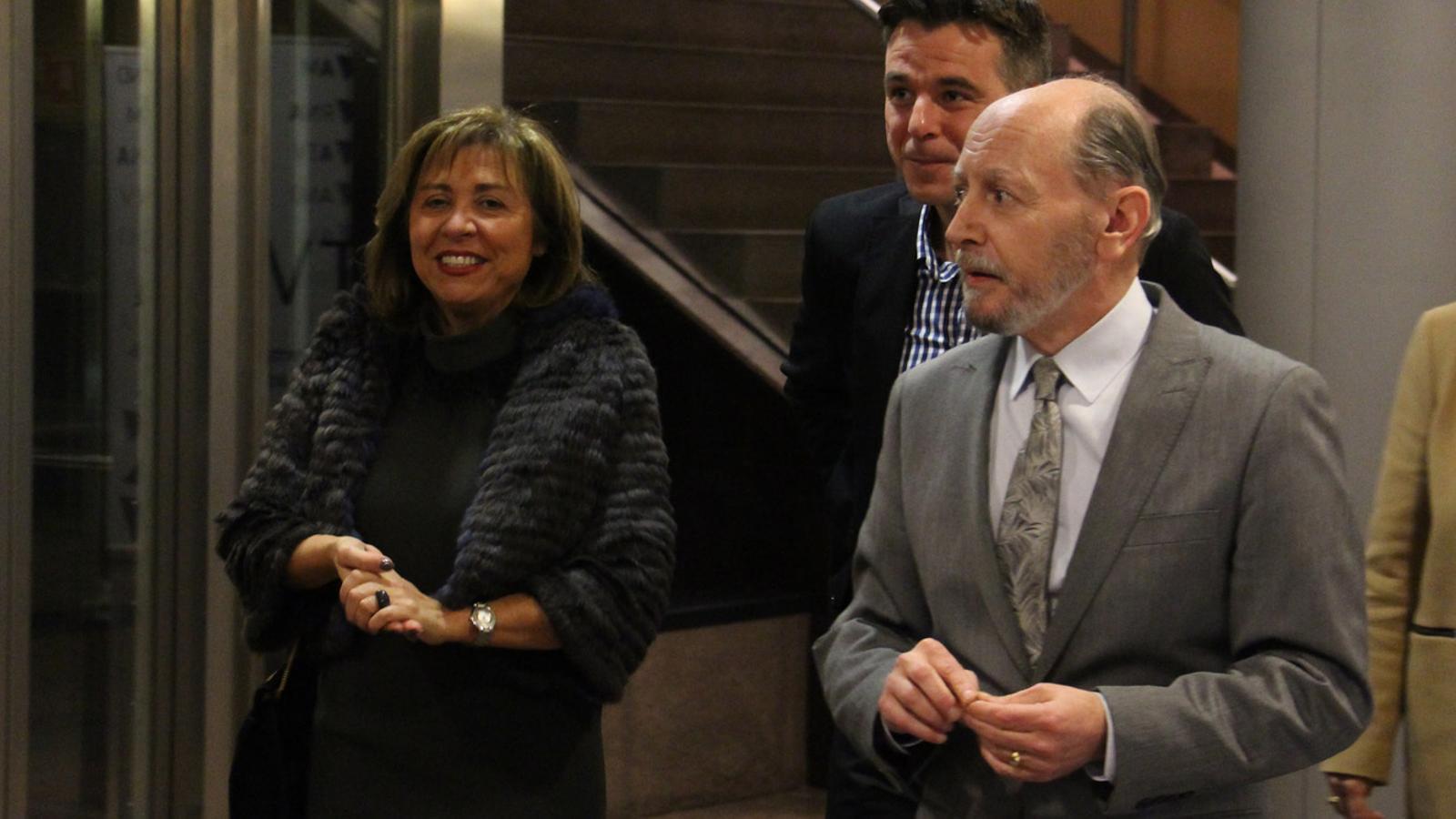L'ex-director de Comunicació del comú d'Andorra la Vella, Manel Sansa, amb els cònsols actuals, Conxita Marsol i Marc Pons. / G. LL. (ANA)