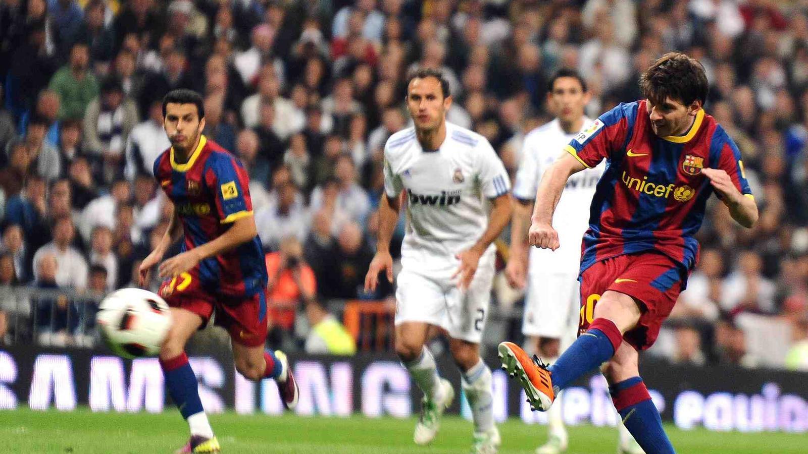 Messi, en el moment de llançar el penal.