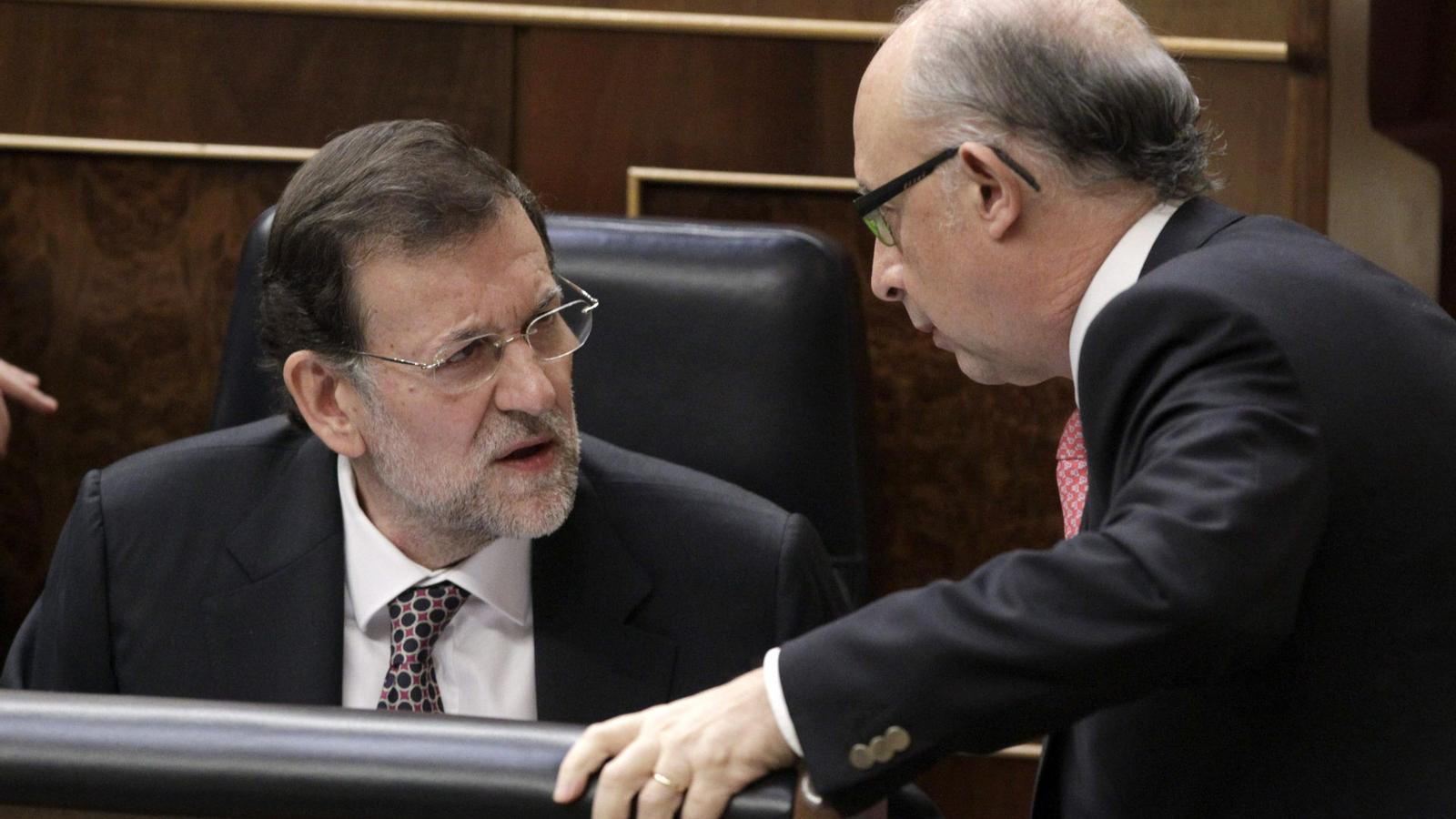 ACORD LLUNYÀ  Mariano Rajoy, acompanyat del ministre d'Hisenda i Administracions Públiques, Cristóbal Montoro, vol enllestir de pressa la reforma local. De moment, però, topa amb la resistència del PSOE i del món municipal. L'executiu del PP s'ha compromès a respectar la llei catalana de governs locals en matèria de competències.