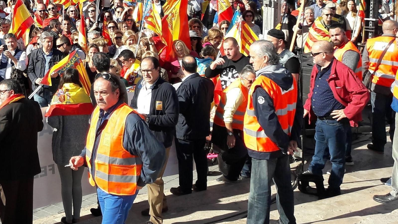 El president de la formació ultra España 2000, José Luis Roberto, a la dreta de la imatge amb jaqueta vermella i ulleres de sol, durant una manifestació l'any 2017