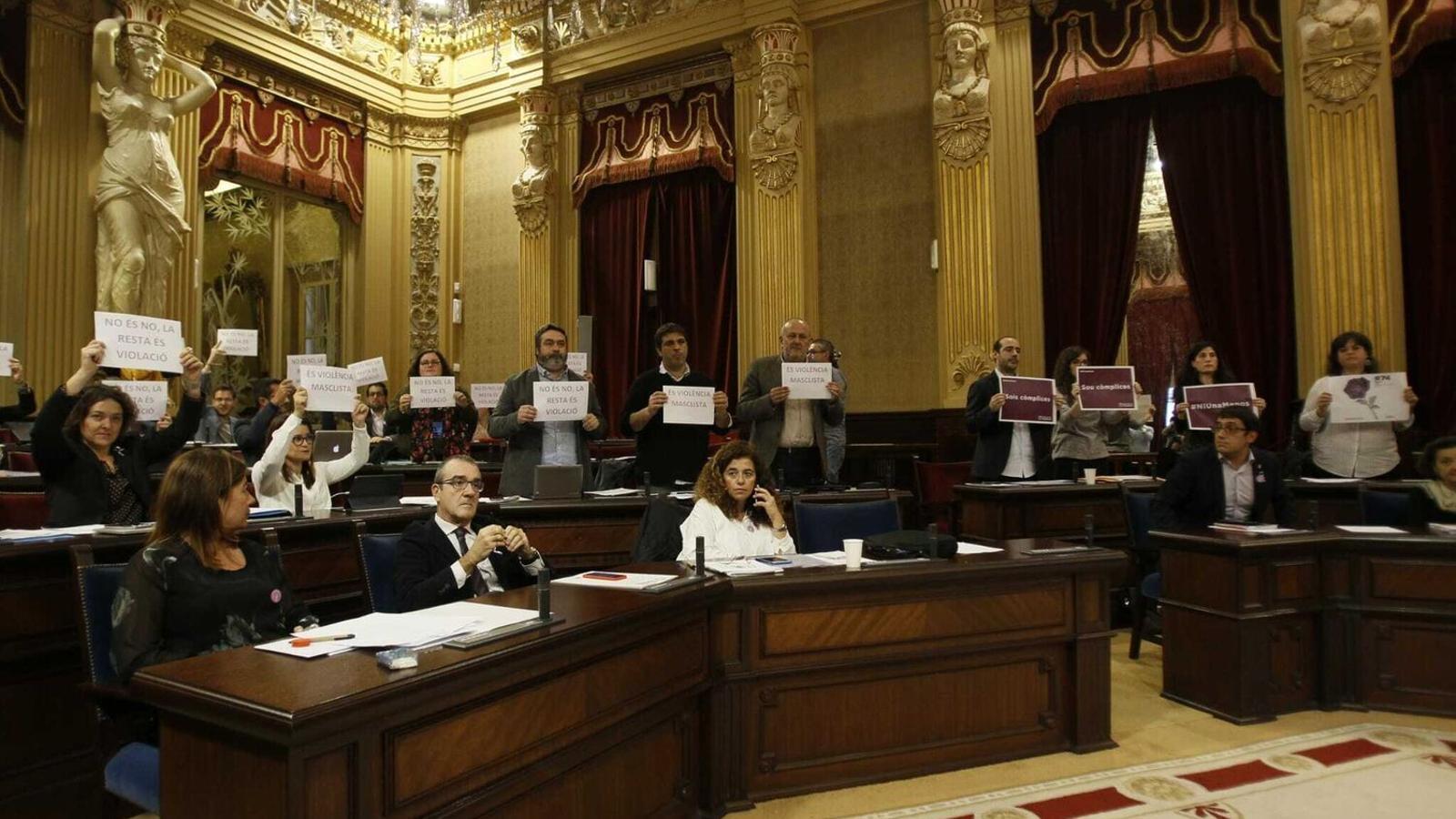 Molts diputats varen manifestar el seu malestar contra l'extrema dreta l'any passat, el primer que el Parlament no va poder fer una declaració institucional contra la violència masclista