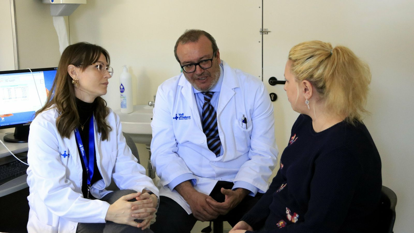 El doctor Javier Santos, de la unitat de gastroenterologia de la Vall d'Hebron i investigador del VHIR, amb una pacient que pateix còlon irritable a la consulta.
