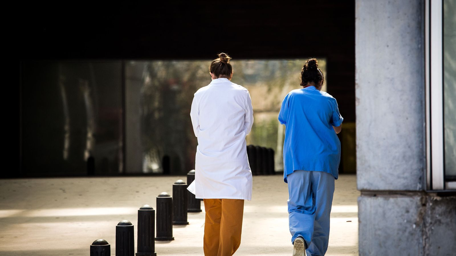 Professionals sanitàries d'Urgències a l'Hospital de Bellvitge durant la crisi per la pandèmia del covid-19