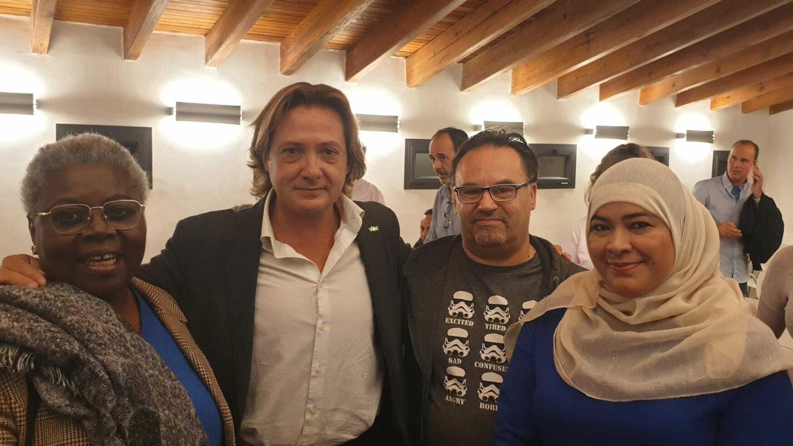 La candidata al Congrés Lola Nchaso, el líder de Vox a les Balears, Jorge Campos, i dos simpatitzants del partit a un acte de campanya celebrat a Inca