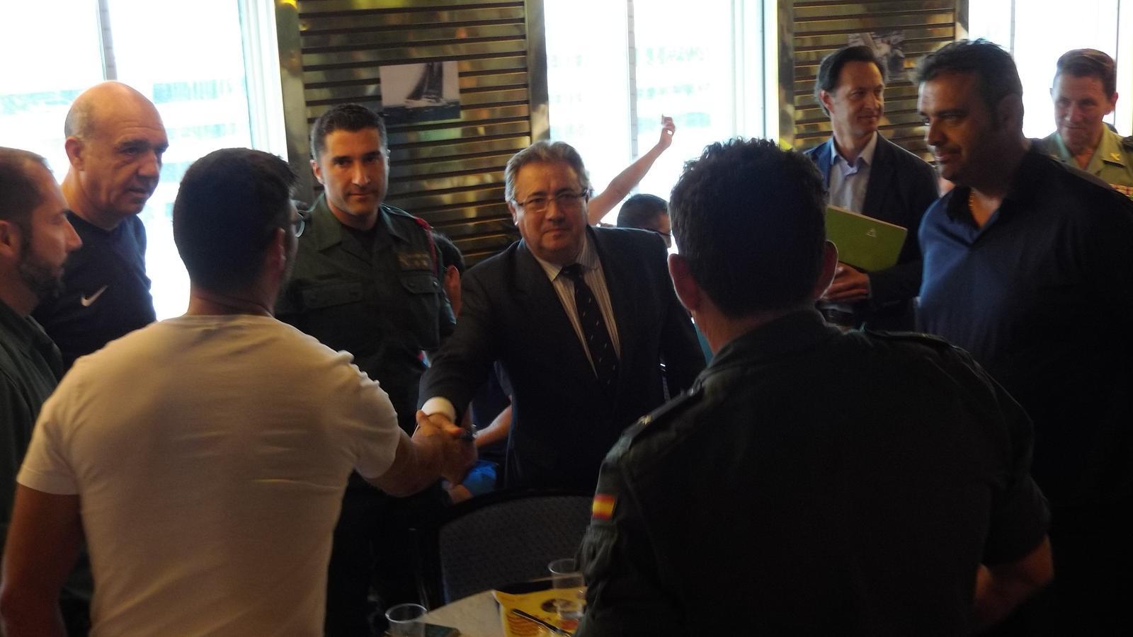 Zoido esmorza amb els policies i gu rdies civils als for Ministre interior