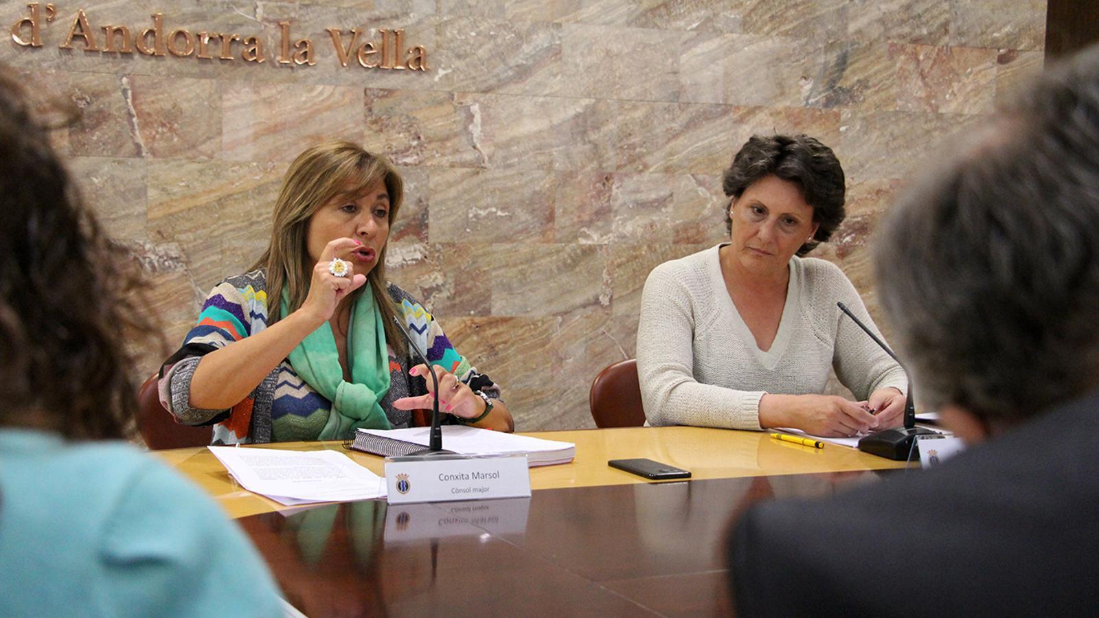 La cònsol major, Conxita Marsol, i la presidenta del Sindicat de treballadors del comú d'Andorra la Vella (Sitca), Emi Matarrodona, durant la roda de premsa. / M. M. (ANA)