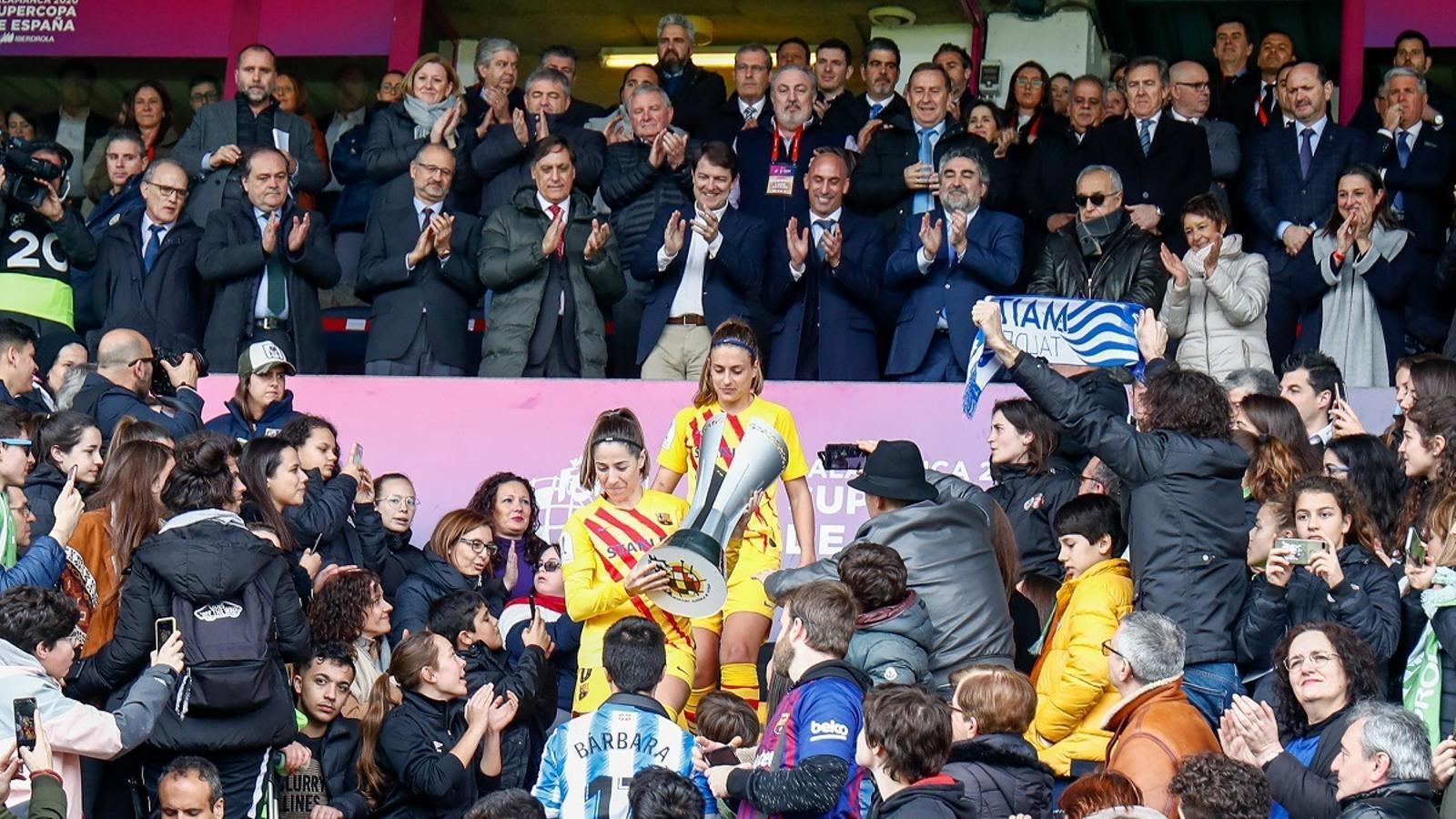 Les jugadores del Barça recullen la copa de campiones de la Supercopa femenina davant les autoritats