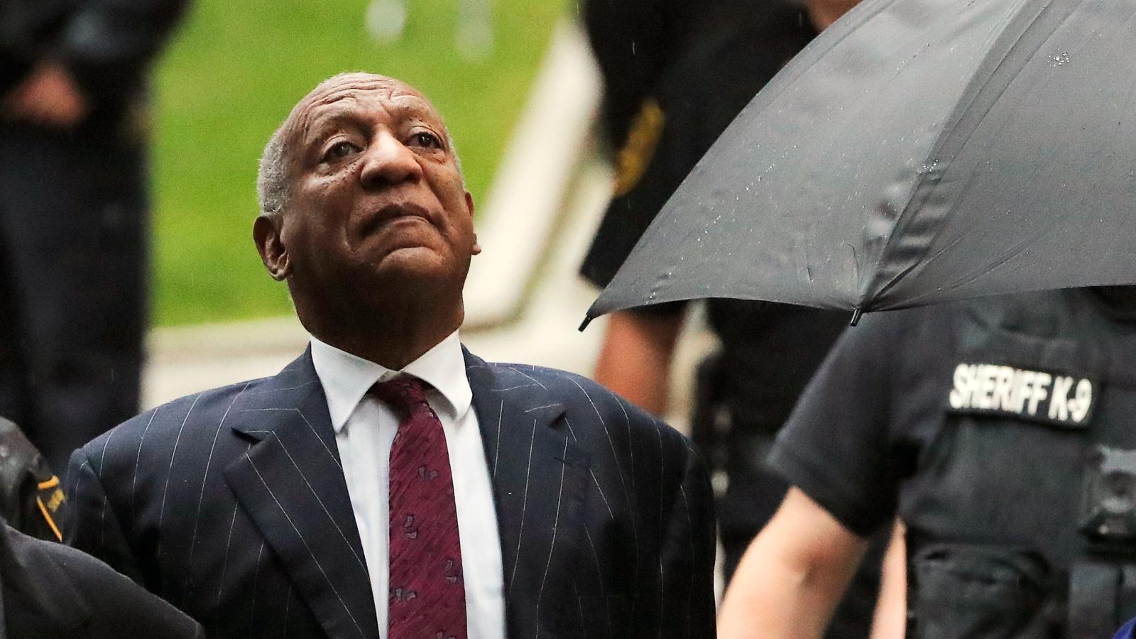 Bill Cosby arribant al judici