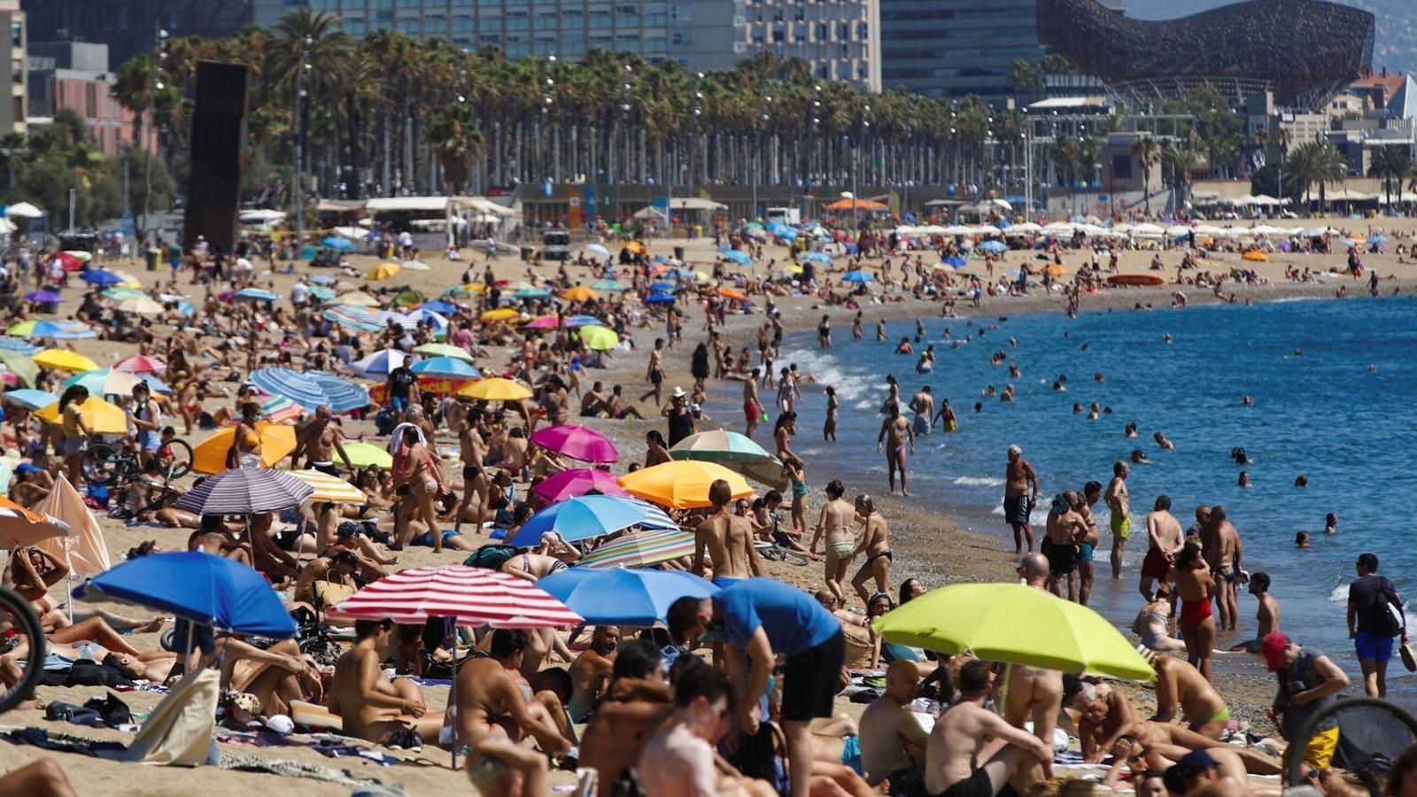 La platja de Sant Sebastià de Barcelona ahir al migdia plena de banyistes / ALEJANDRO GARCÍA / EFE
