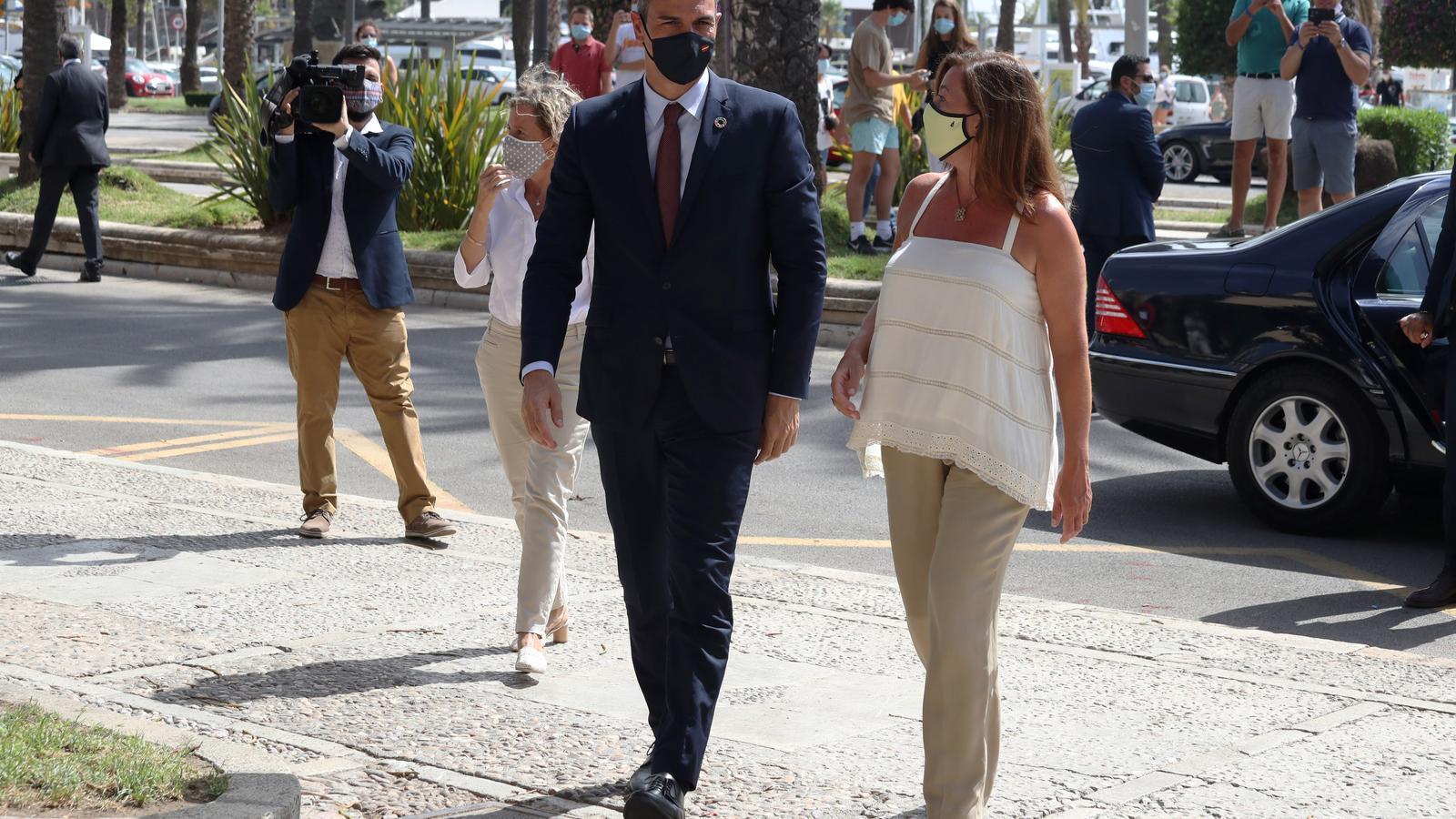 AM0I6El president del govern espanyol, Pedro Sánchez, i la presidenta del Govern balear, Francina Armengol, a la seva trobada aquest dimecres al Consolat de Mar028
