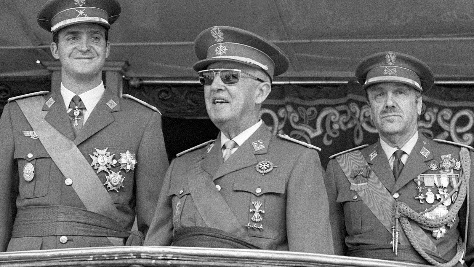 El rei Joan Carles I, a l'esquerra, amb Franco, al mig / EFE