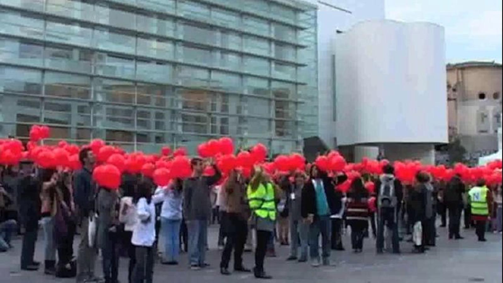 'Muralmob' per la llengua: 'El català, llengua comuna', dit amb globus