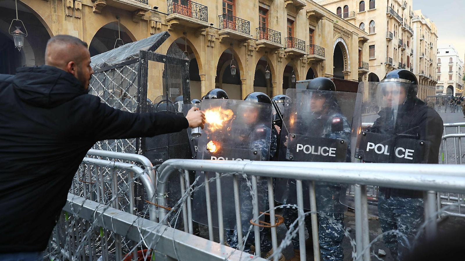 Violència als carrers de Beirut contra el govern i els bancs