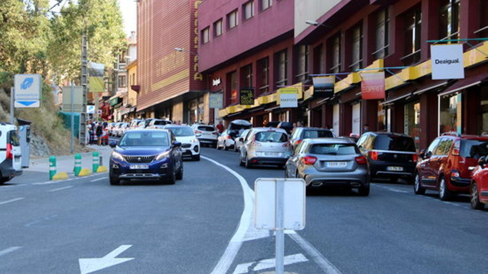La carretera principal del Pertús, per on passaven cotxes en tots dos sentits malgrat les restriccions del primer ministre francès. / ACN