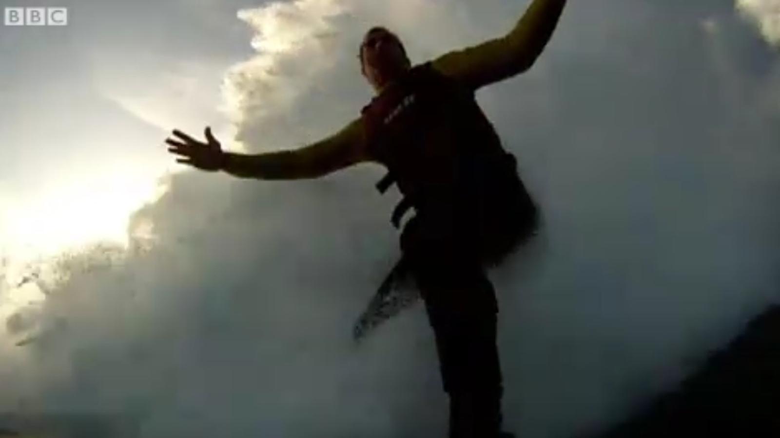 Surfeja sobre una onada de 27,4 metres, i bat el rècord mundial