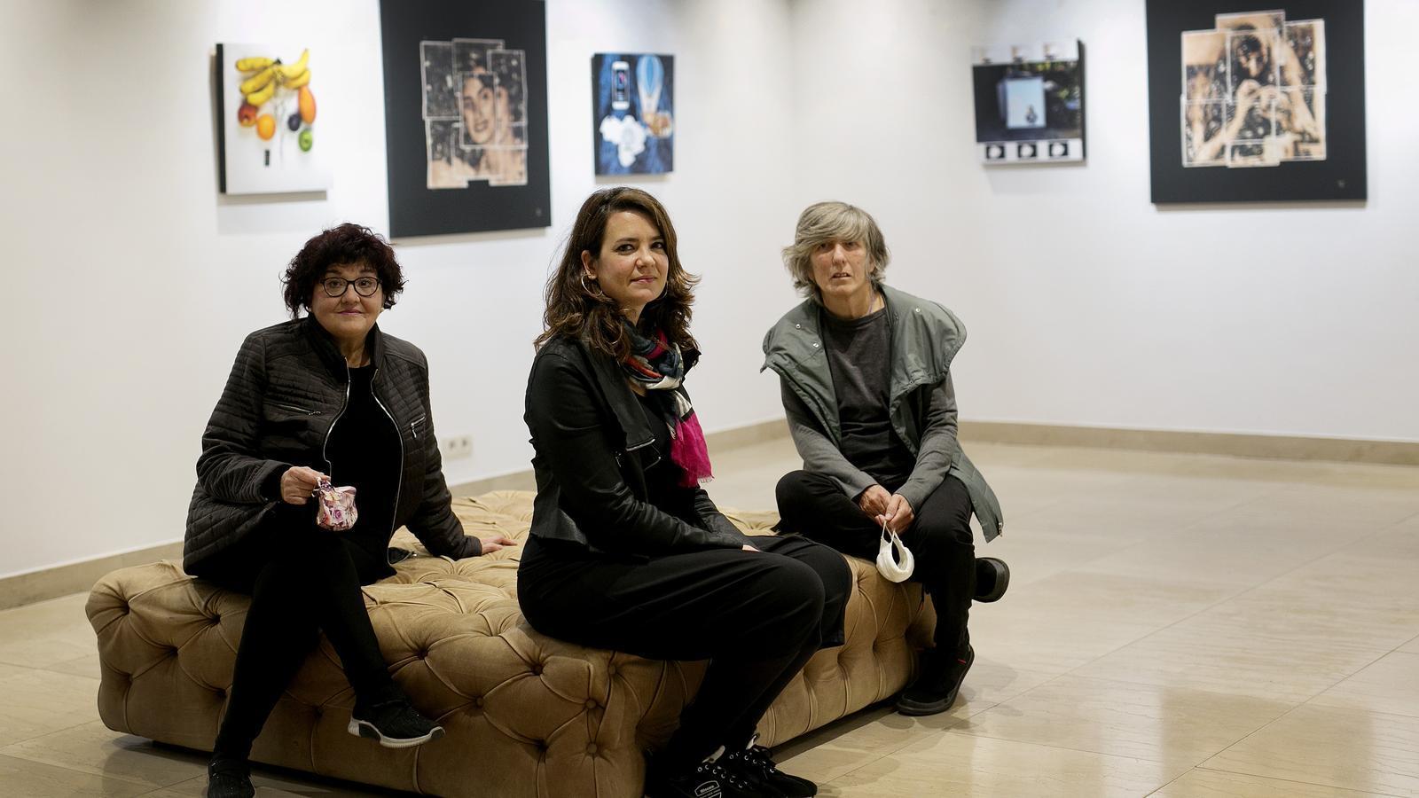L'artista Marta Fàbregas amb Filomena Quiñones a l'esquerra i Font a la dreta, davant els collages on han col·laborat.