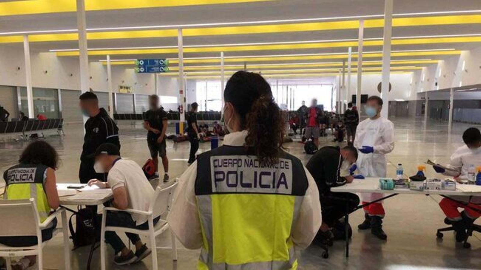 Els migrants arribats a Mallorca són retinguts durant 72 hores a l'estació marítima de Palma, on se'ls fa una prova PCR.