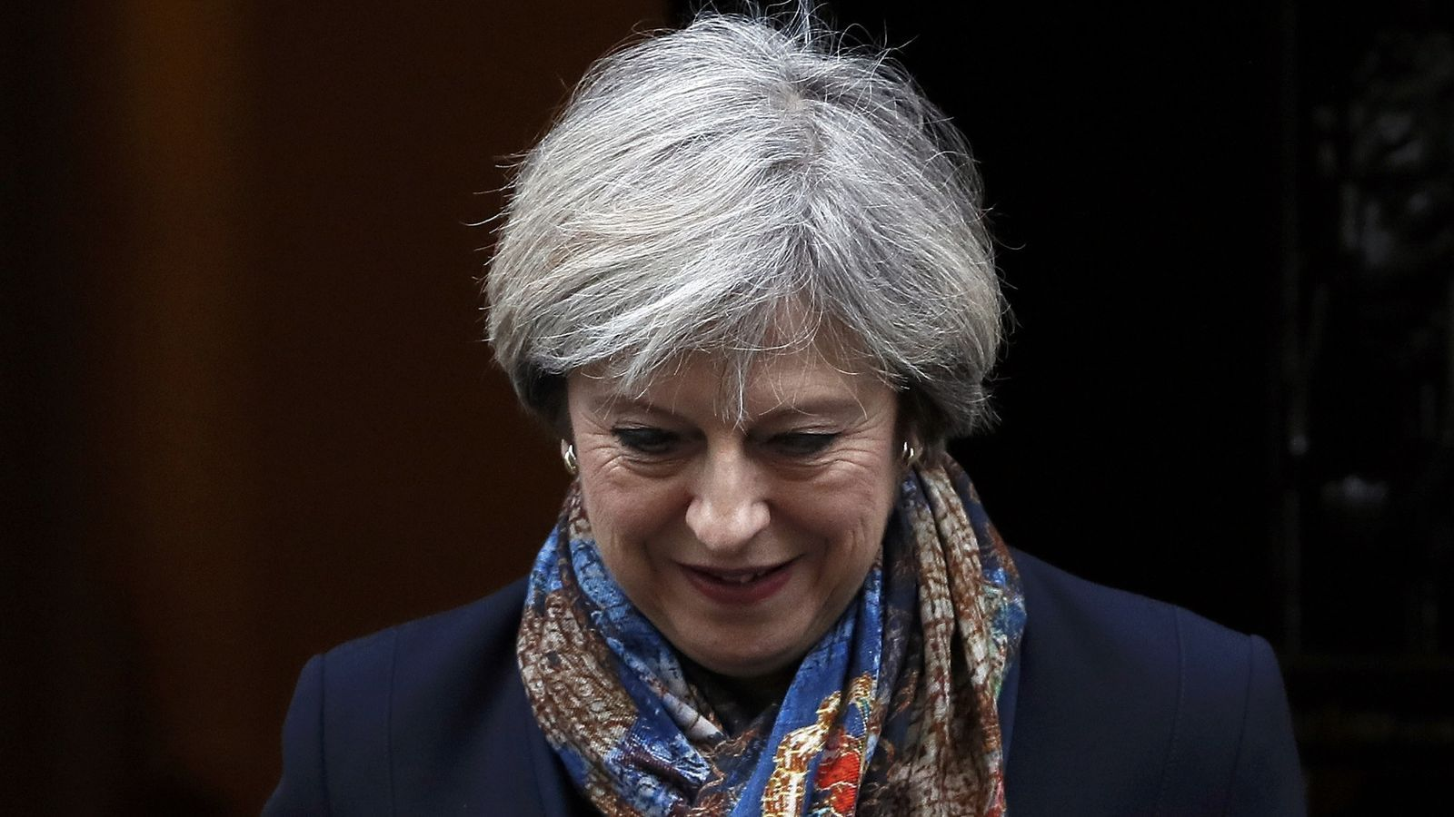 Theresa May sortint del número 10 de Downing Street.