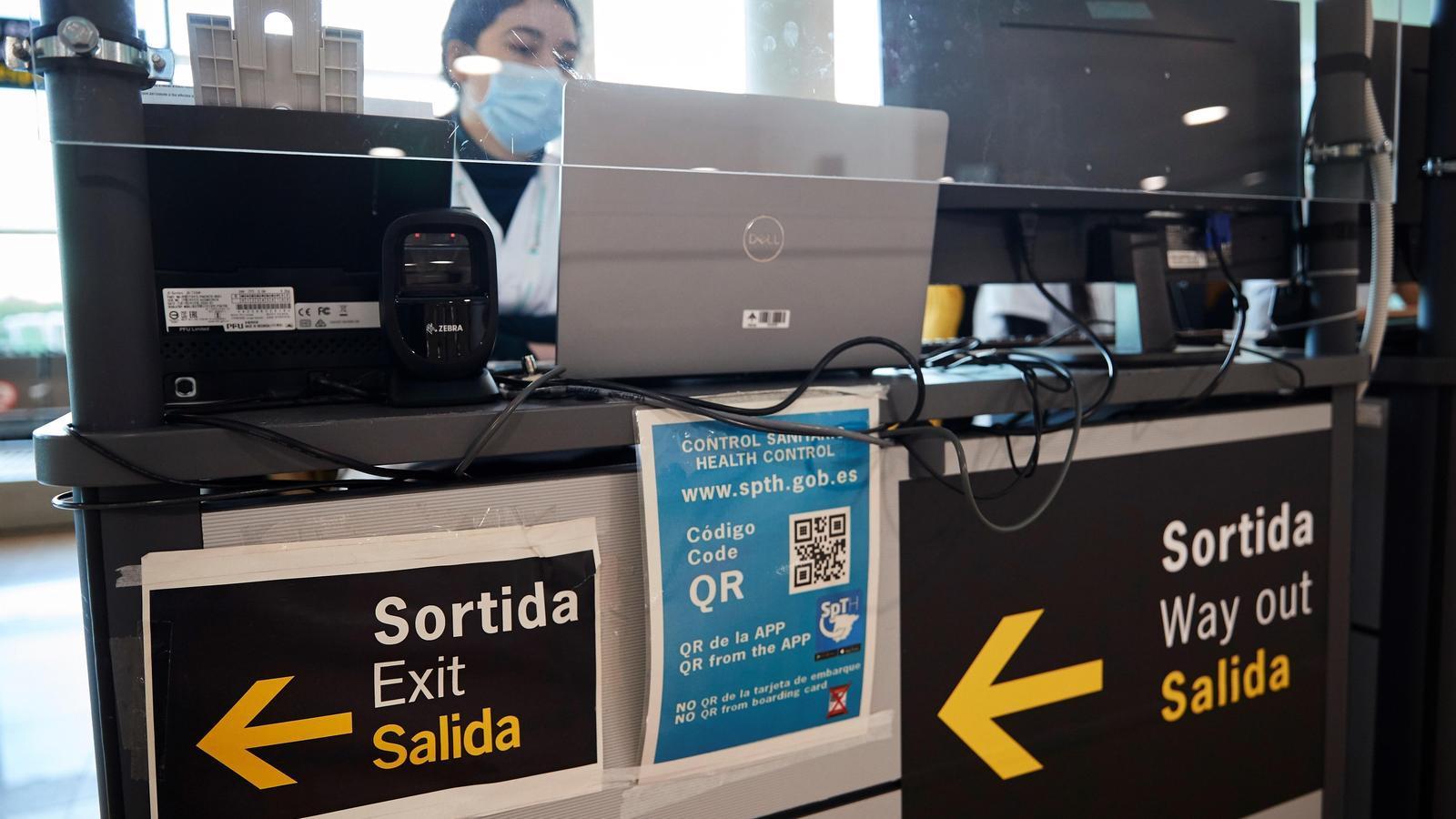 Un dels mostradors on es fa el control sanitari a l'aeroport del Prat