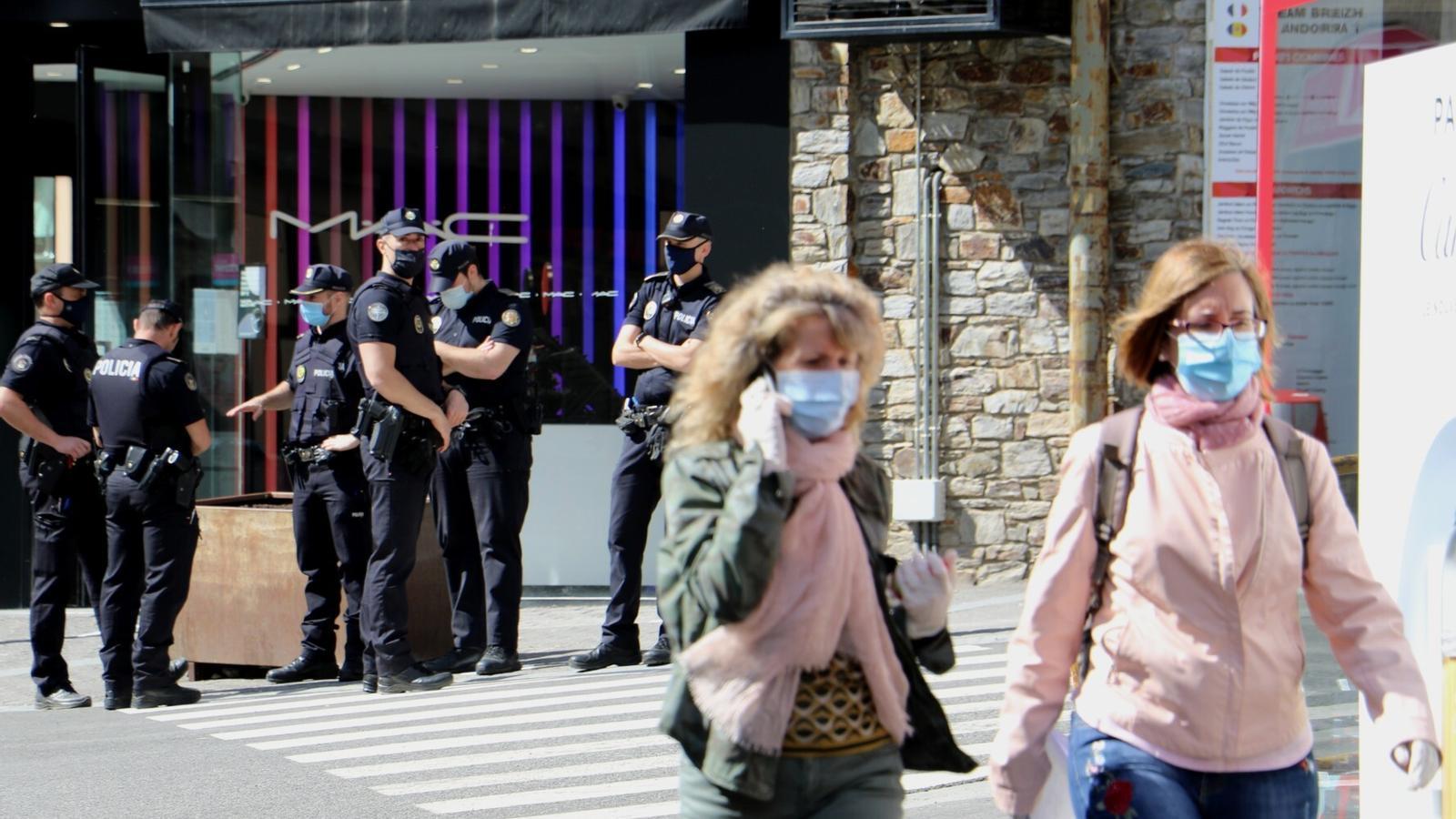 El reforç policial del Pas de la Casa. / E.C. (ANA)