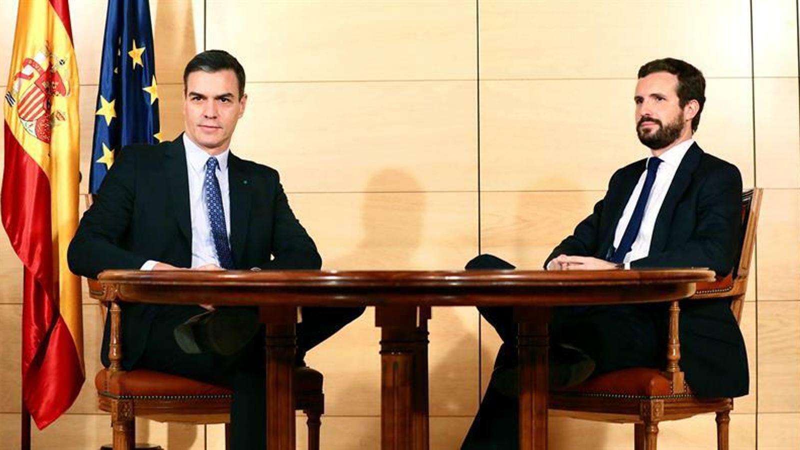 El candidat a la investidura, Pedro Sánchez, amb el líder del PP, Pablo Casado, en una reunió al Congrés.