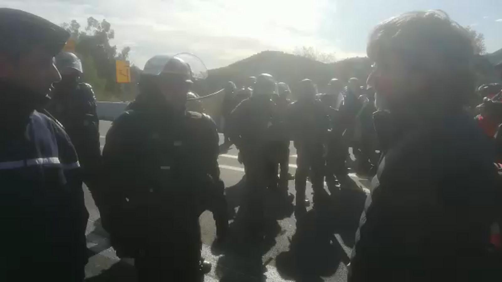 La Gendarmerie arriba a un acord amb els manifestants. La policia francesa els dona una hora per treure tots els cotxes que estan davant el cordó. No són tots els vehicles que estan aparcats a la part francesa de l'autopista perquè darrere el cordó policial n'hi ha uns quants més