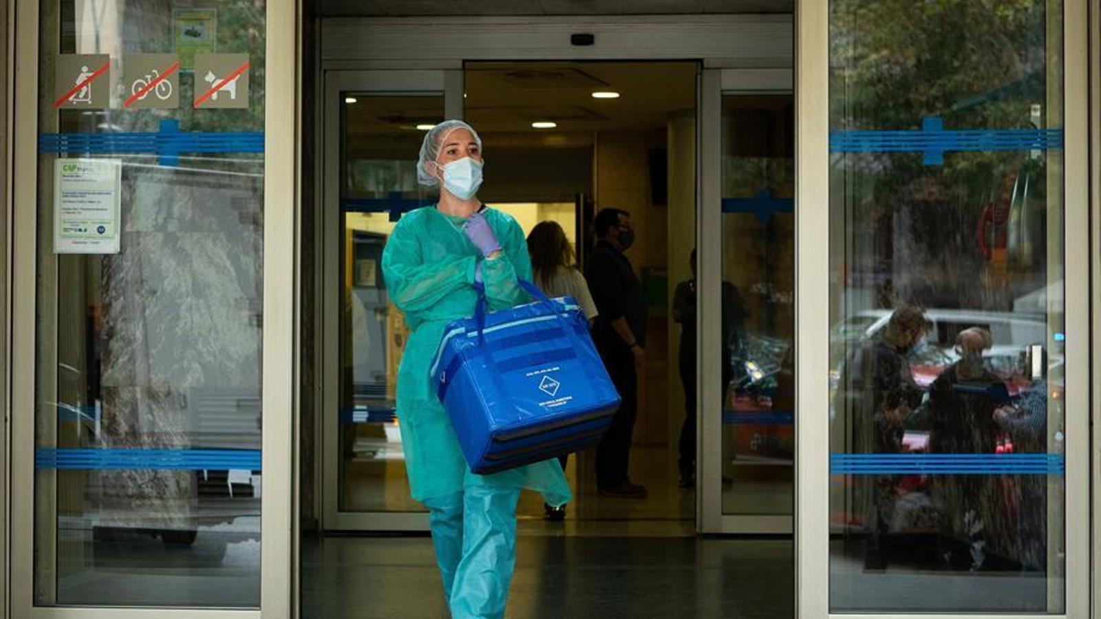 Una professional sanitària surt del CAP de Manso, a Barcelona