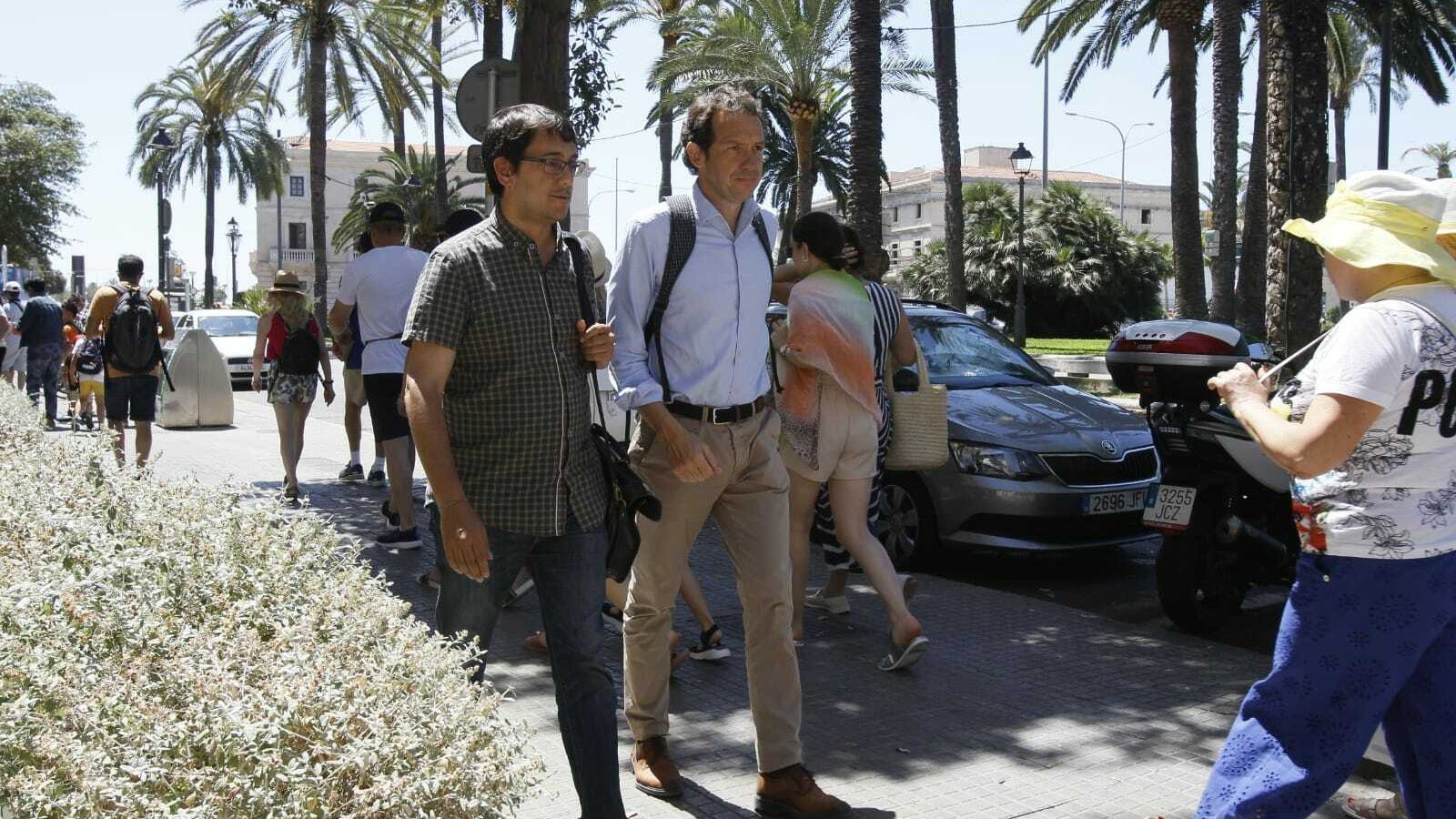 Marc Pons i Iago Negueruela de camí a la seu de la conselleria de vicepresidència