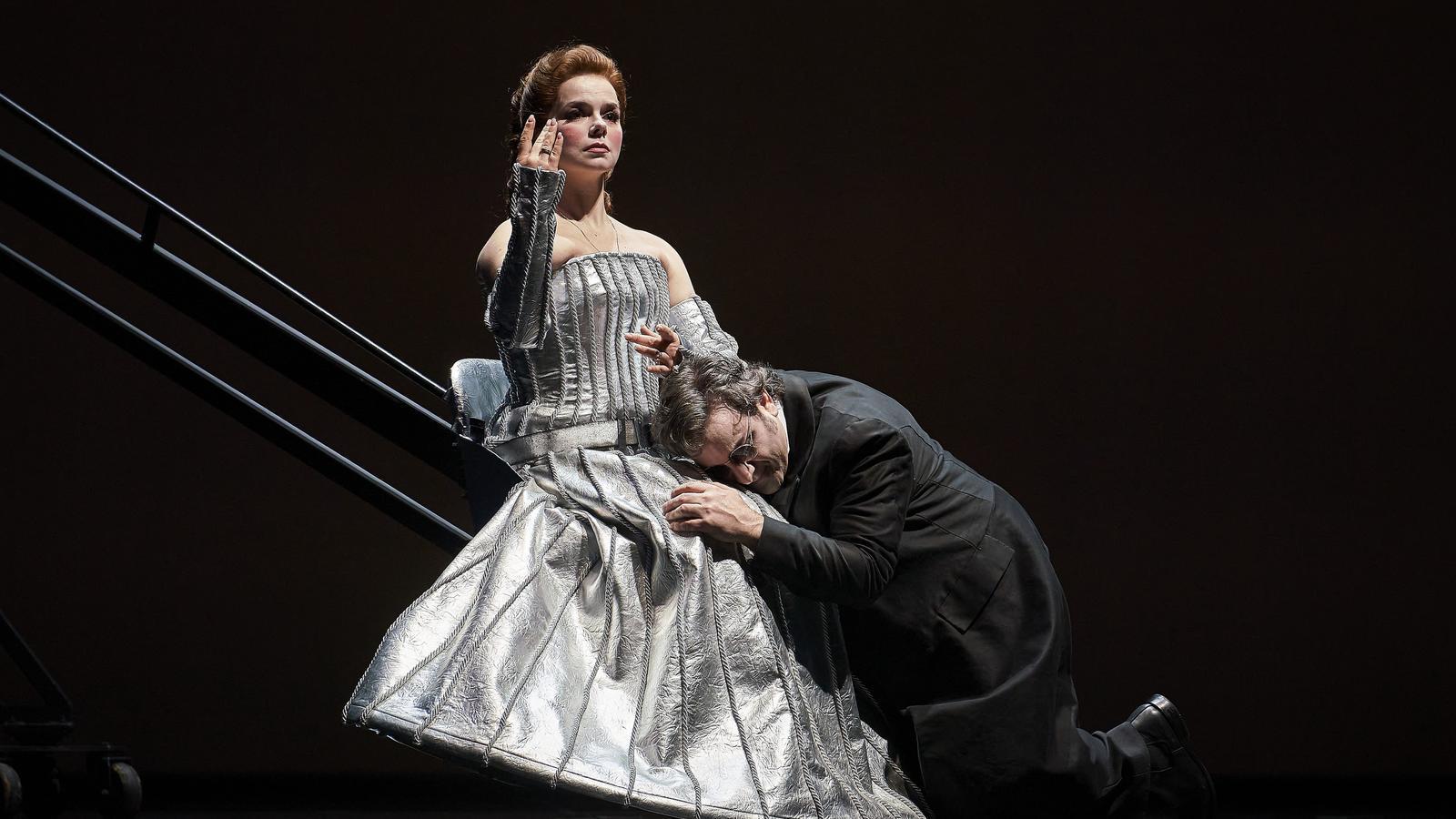 Olga Pudova i John Osborn en una escena de l'òpera 'Les contes d'Hoffmann' al Liceu.