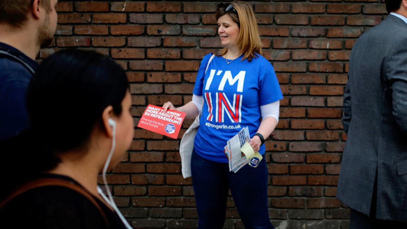 Una dona fa campanya per evitar el 'Brexit' a Londres