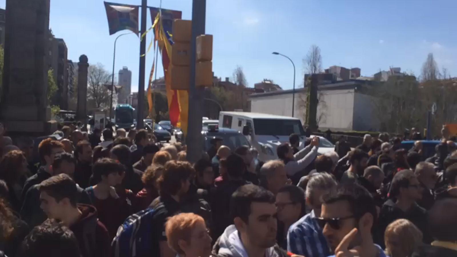 Els manifestants del CDR contra el rei al carrer Marina