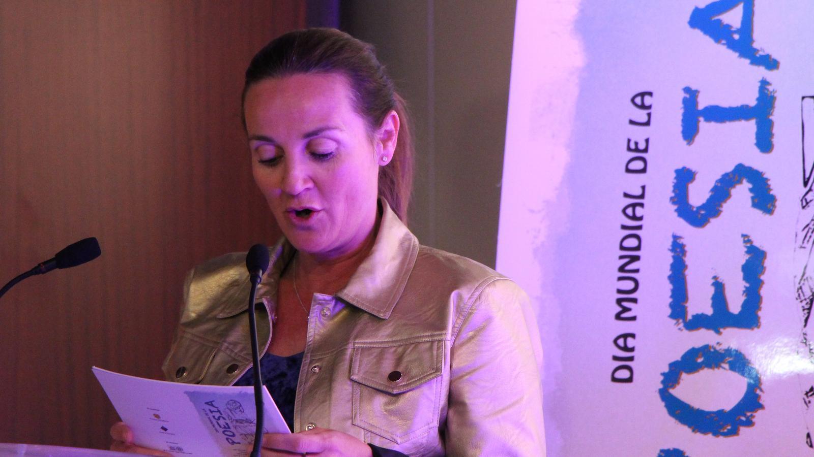 La ministra de Cultura, Joventut i Esports en funcions Olga Gelabert, recita el poema 'Poesia'. / M. R. F.
