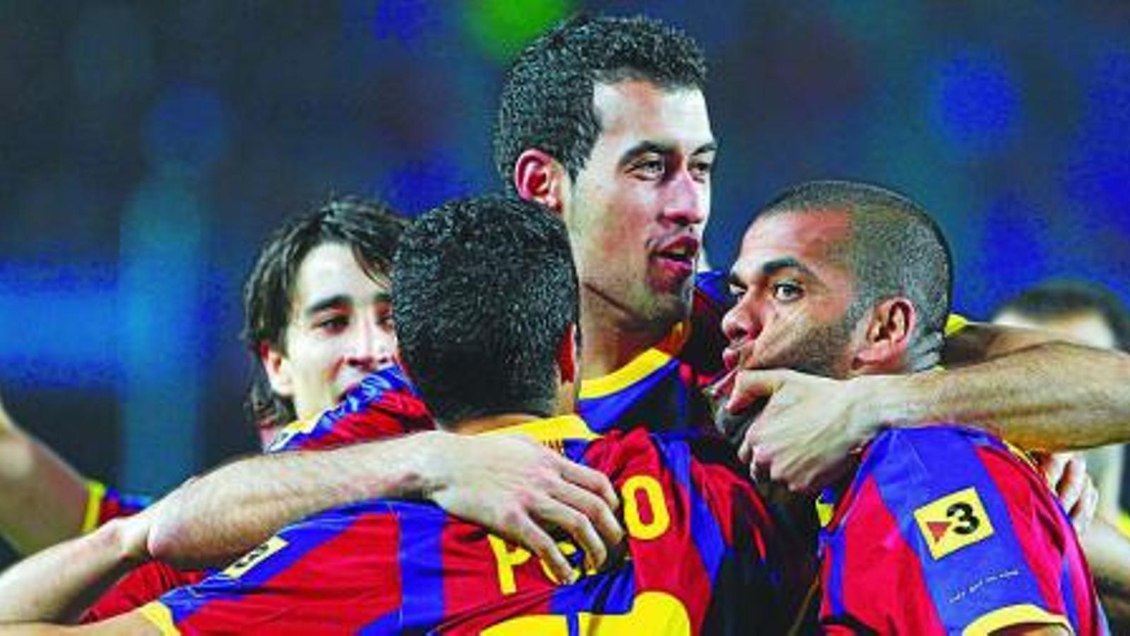 Sergio Busquets celebra amb Pedro i Dani Alves el primer gol del jugador canari. Tot i jugar de central, va tenir una ocasió de gol anul·lada per falta prèvia. / PERE VIRGILI