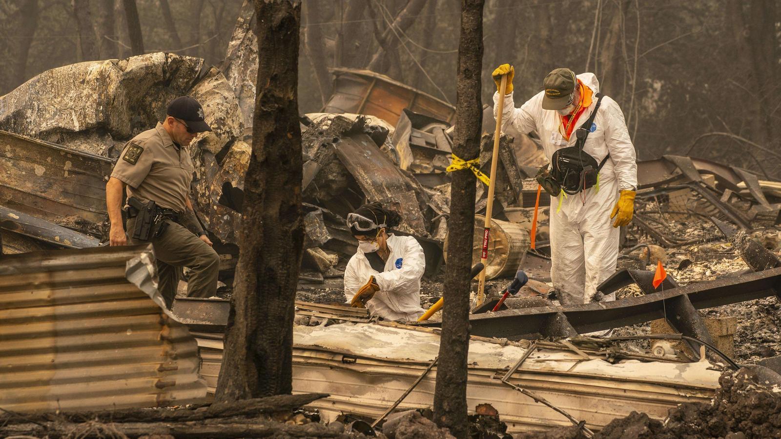 Perits i policies revisant les restes de l'incendi per investigar les causes de l'incendi, a Ashland, a l'estat d'Oregon