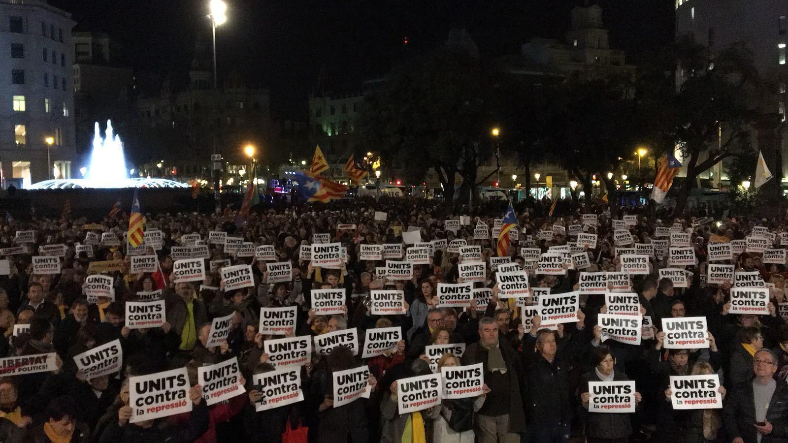 """""""Units contra la repressió"""", el lema dels manifestants de Plaça Catalunya"""