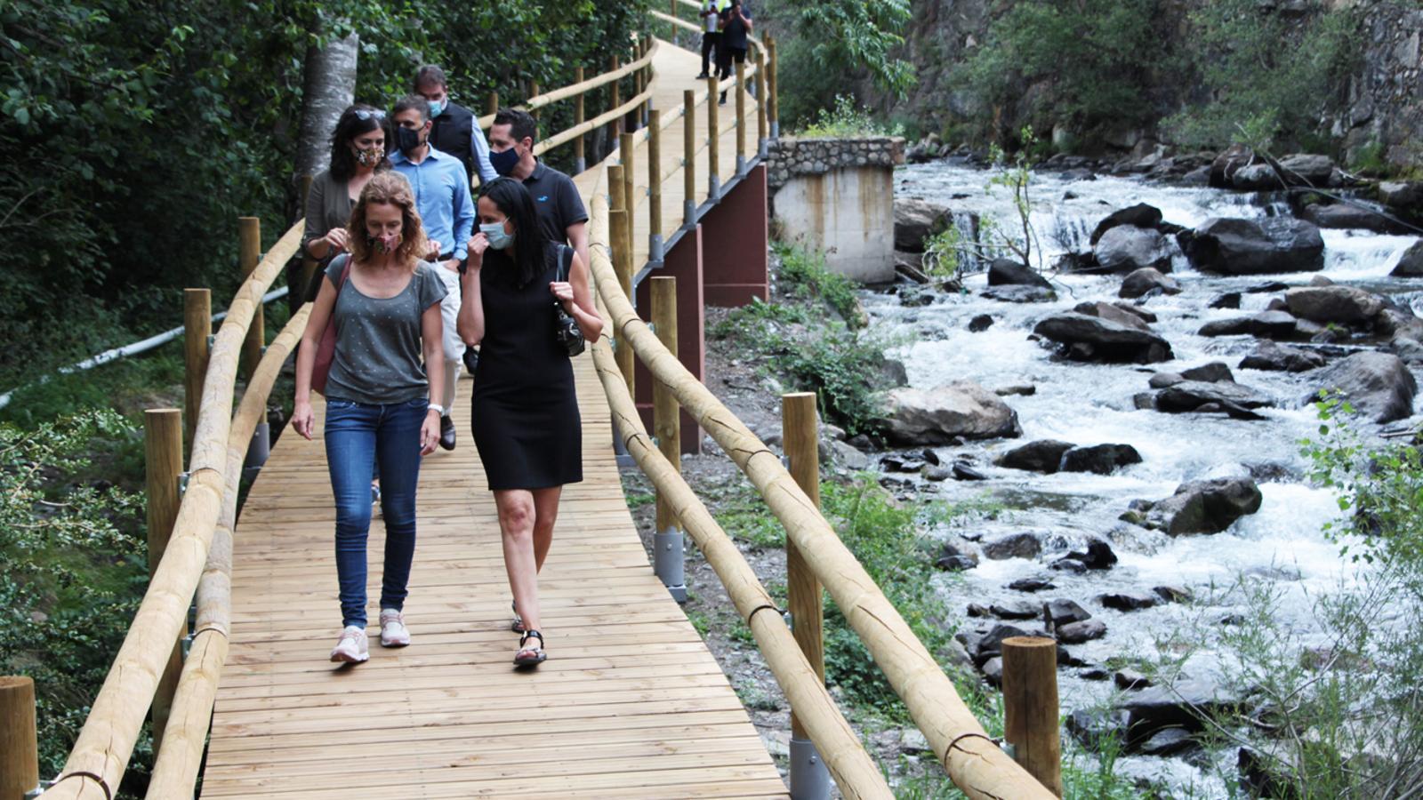 La ministra de Medi Ambient, Agricultura i Sostenibilitat, Sílvia Calvó, i la cònsol major de la Massana, Olga Molné, passejant pel camí ral que uneix el pont de l'Aldosa i la Farga Rossell