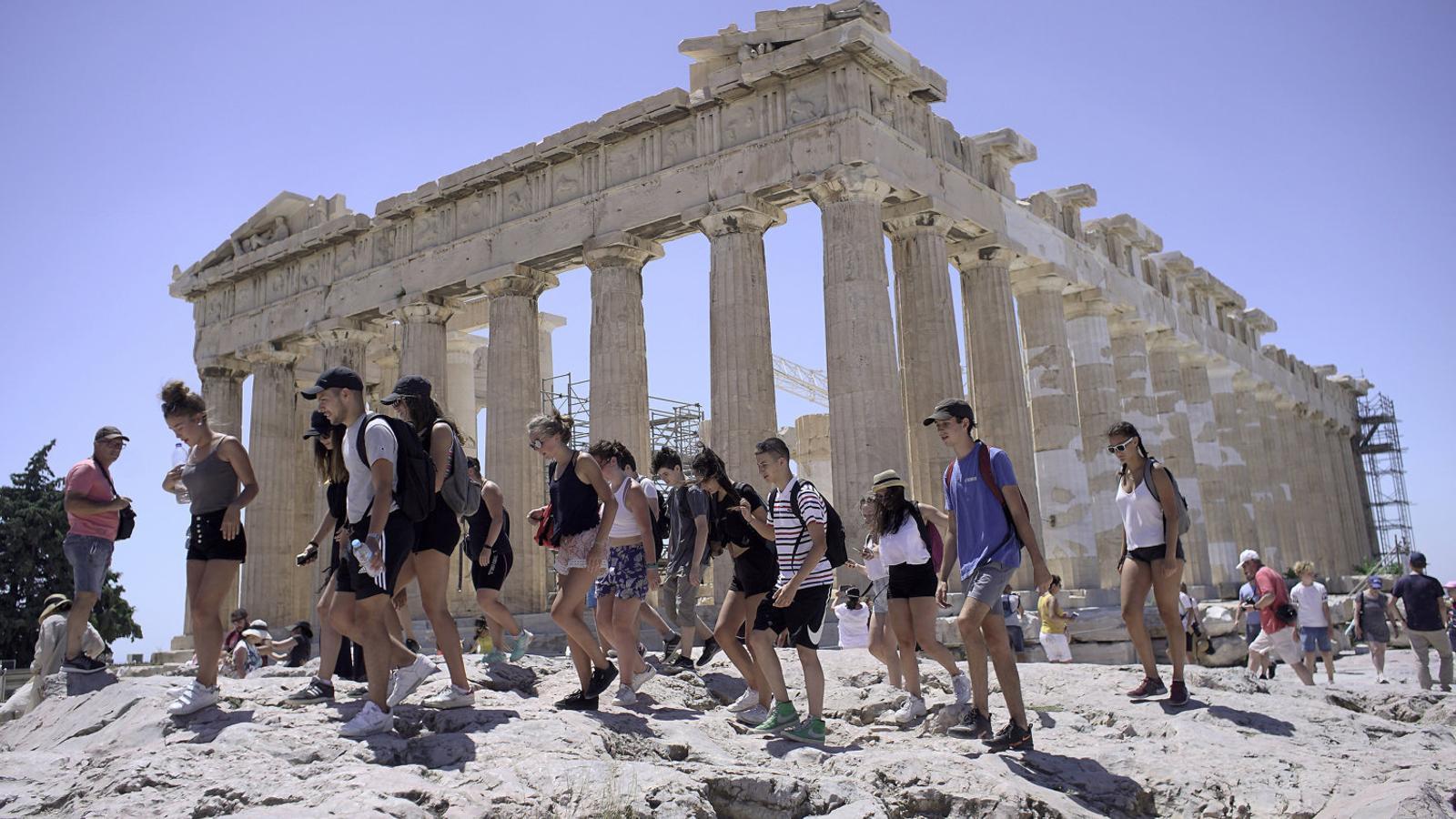 Turistes visitant l'Acròpolis d'Atenes la setmana passada. Els ingressos per turisme són un dels pocs indicadors positius.