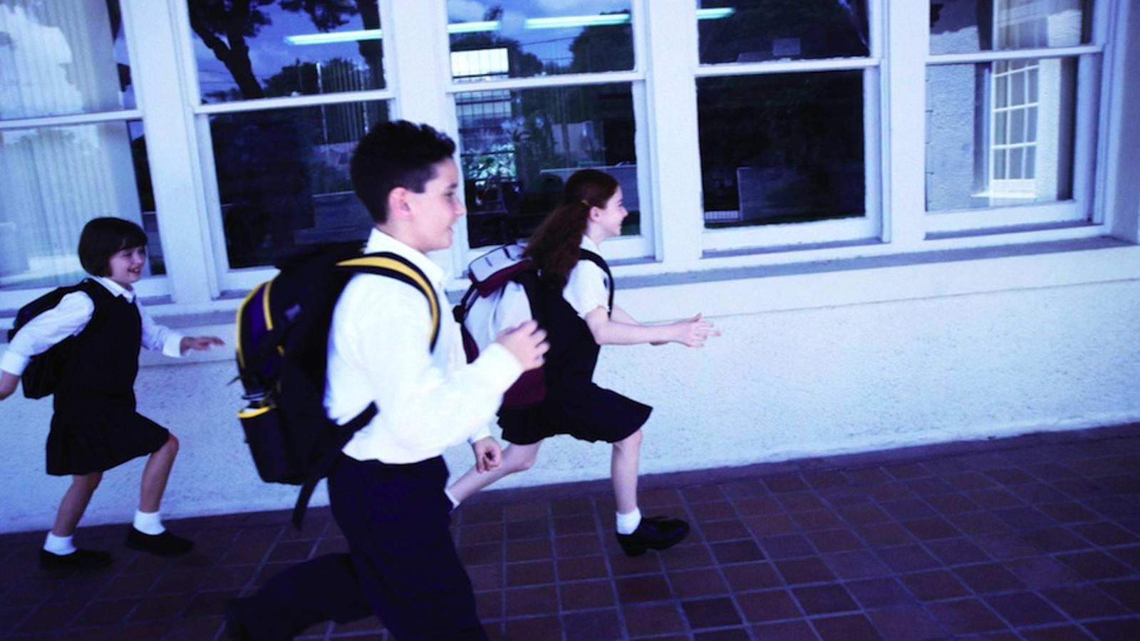 Nens amb uniforme en una escola / GETTY
