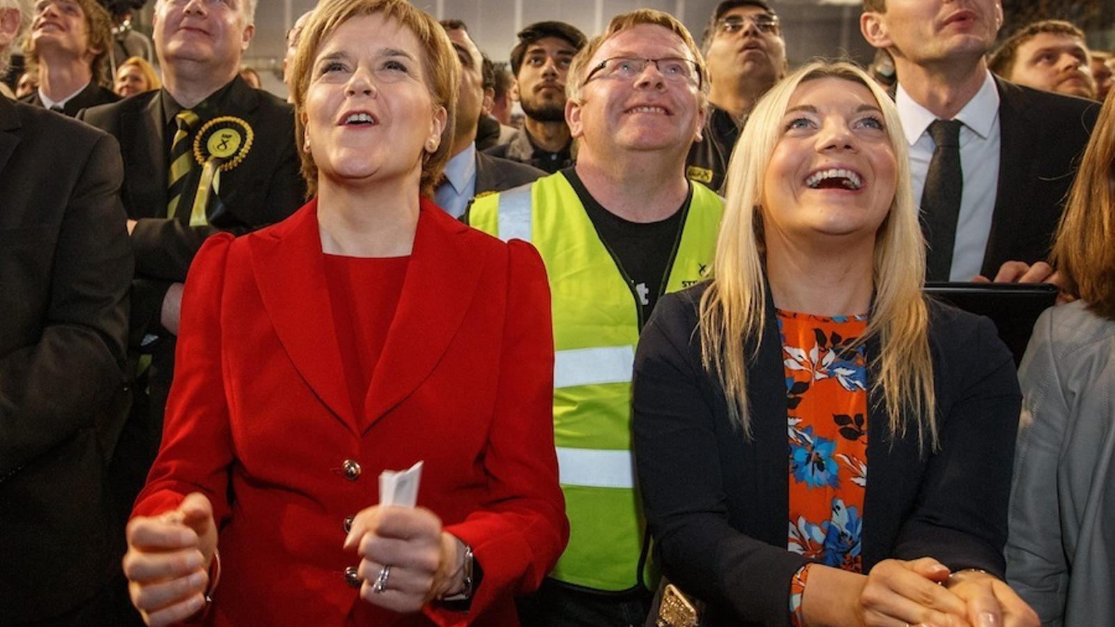 Nicola Sturgeon (de vermell), seguint el recompte des de Glasgow.