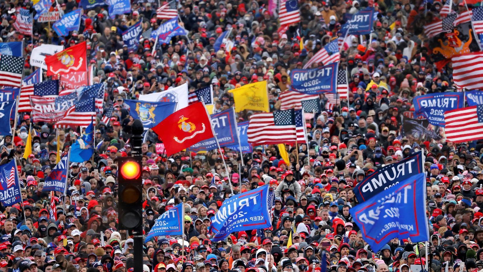 Imatge dels milers de manifestants que s'han aplegat al voltant de la Casa Blanca per mostrar el seu suport a Donald Trump.