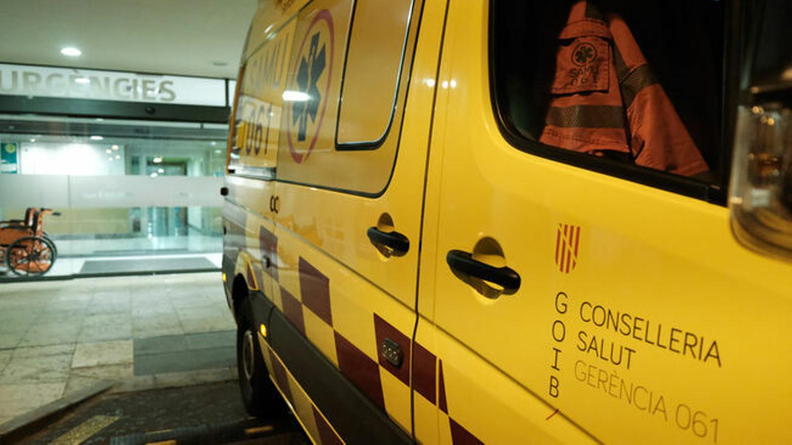 Una ambulància davant la porta d'Urgències de Son Espases.