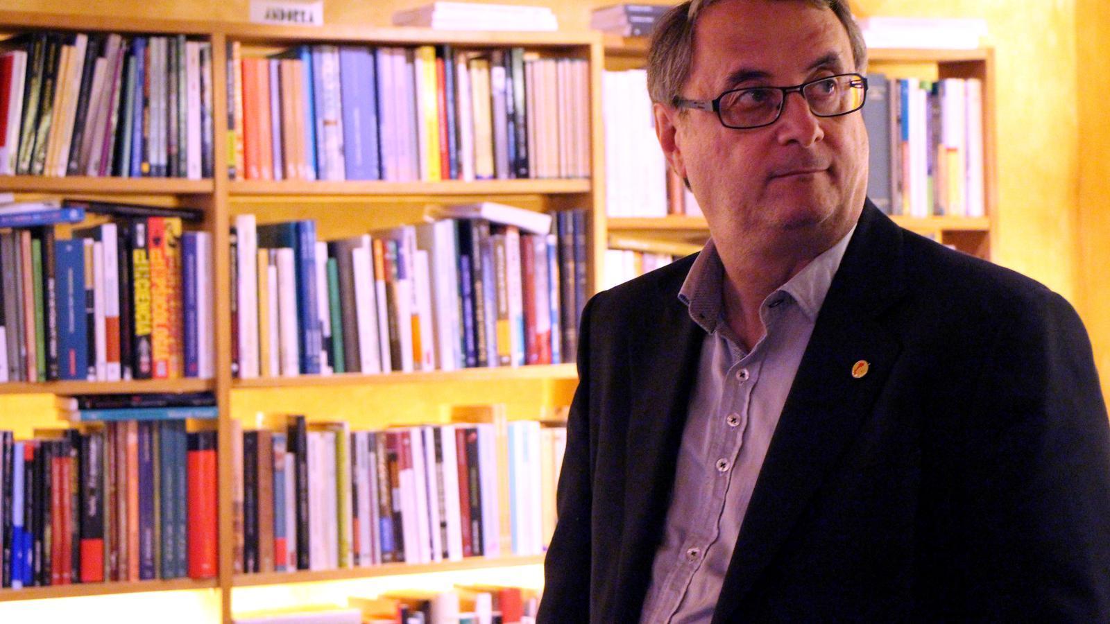 El periodista Vicent Partal abans de la xerrada a la Llibreria La Puça